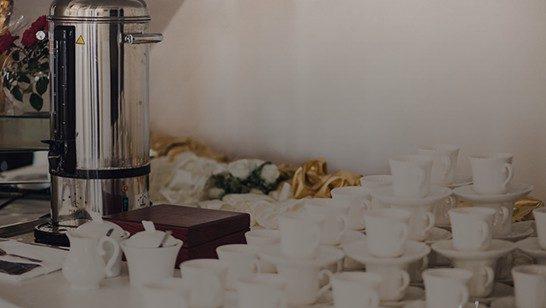 Bufet kawowy ciągły 15 zł za osobę  Kawa, herbata, cytryny, mleko, cukier. Na stołach woda mineralna oraz ciastka